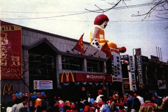 국내 1호 맥도날드 매장인 압구정점 . 1988년 3월 오픈일 3000명 넘는 사람이 몰렸다 . [사진 한국맥도날드]