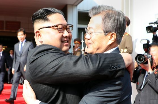 문재인 대통령과 김정은 북한 국무위원장이 26일 오후 판문점 북측 통일각에서 정상회담이 끝난 뒤 헤어지며 포옹하고 있다. [청와대 제공]
