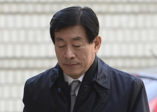 지난해 8월 법정구속되기 직전 법원에 들어서는 원세훈 전 국정원장. [중앙포토]