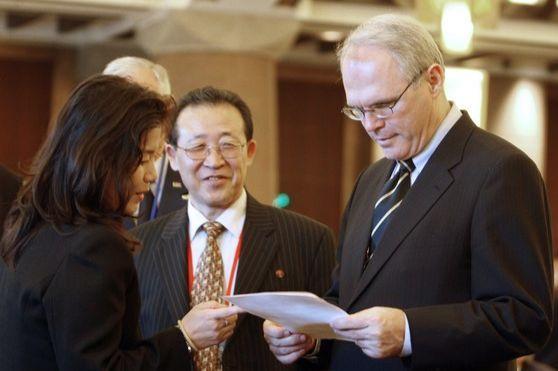 크리스토퍼 힐 전 미국 6자회담 수석대표(오른쪽)와 김계관 북한 외무성 제1부상(가운데). 2007년 베이징 6자회담 당시 모습이다. [중앙포토]