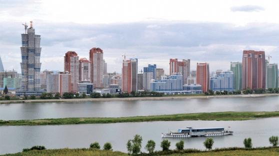 평양 대동강변의 미래과학자거리에 들어선 초고층 아파트. 북한 당국은 경제 개선에 적극 나선다는 방침이다. / 사진:노동신문