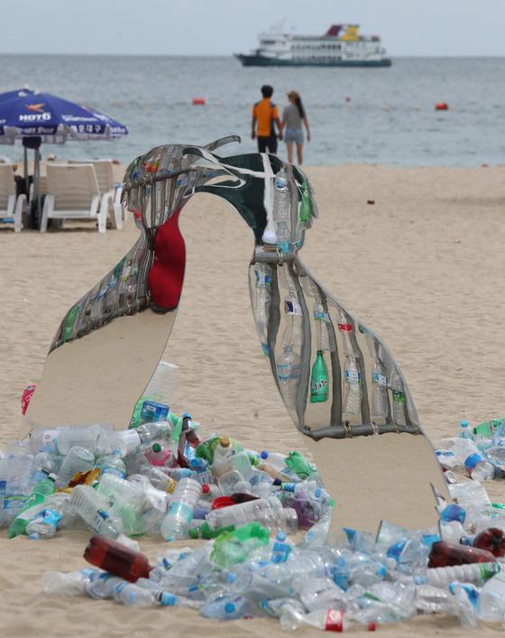 지난해 7월 부산 해운대에서 펼쳐진 '일회용 플라스틱 사용 줄이기' 캠페인에서 폐플라스틱병으로 만들어진 설치 작품이 선보이고 있다. 캠페인을 준비한 환경단체 그린피스는 매년 최대 1270만t의 플라스틱 쓰레기가 바다로 유입된다며 사용 자제를 촉구했다. [중앙포토]