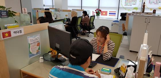 지난 21일 천안에 있는 충남외국인주민통합지원콜센터에서 베트남 결혼이주여성인 이다겸 상담사가 자국 출신 근로자의 민원을 듣고 있다. [신진호 기자]