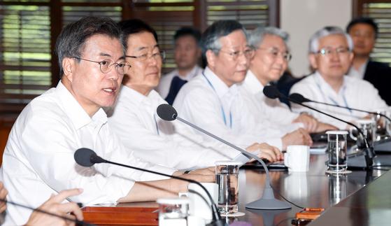 문재인 대통령이 28일 오후 청와대 여민관에서 열린 수석보좌관 회의서 발언하고 있다. 청와대사진기자단