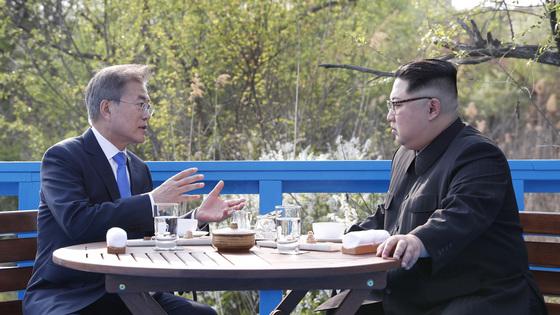 지난달 27일 문재인 대통령(왼쪽)과 김정은 북한 국무위원장이 판문점 도보다리에서 산책한 뒤 대화를 하고 있다. 김상선 기자