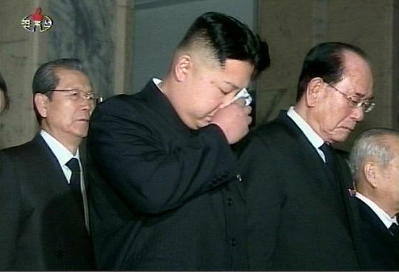 2011년 12월 23일 김정은 북한 국무위원장이 금수산기념궁전에 안치된 아버지 고 김정일 국방위원장의 시신을 참배한 후 손수건을 꺼내 눈물을 훔치고 있다. [연합뉴스]