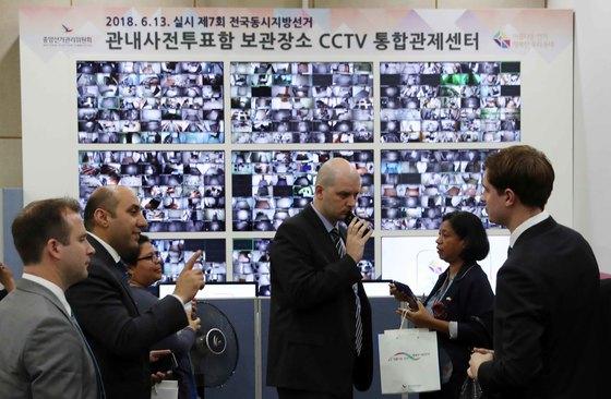 주한외교사절단이 30일 과천시 중앙선거관리위원회 선거종합상황실에서 한국의 선거 방식에 대한 설명을 듣고 있다. 김상선 기자