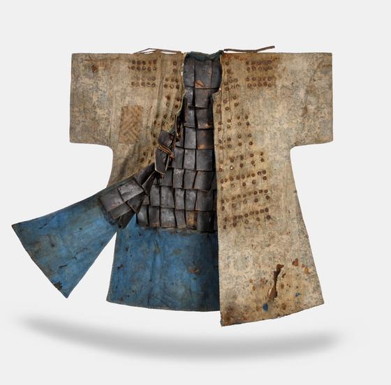 독일 상트 오틸리엔수도원이 한국에 기증한 조선시대 갑옷. 면을 소재로 했으며, 밖으로는 두정이, 안에는 덧댄 가죽 미늘이 보인다. [사진 국외소재문화재재단]