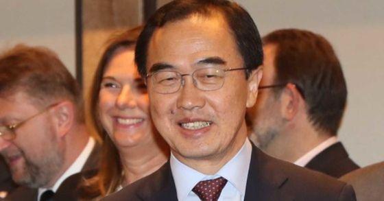 조명균 통일부 장관이 30일 서울 포시즌스호텔에서 열린 EU회원국 대사초청 정책설명회에 참석해 자리에 앉고 있다. 오종택 기자