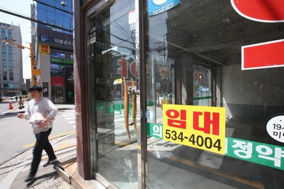 정책 실패와 불황의 여파로 서울 강남에서도 상가가 비어간다.