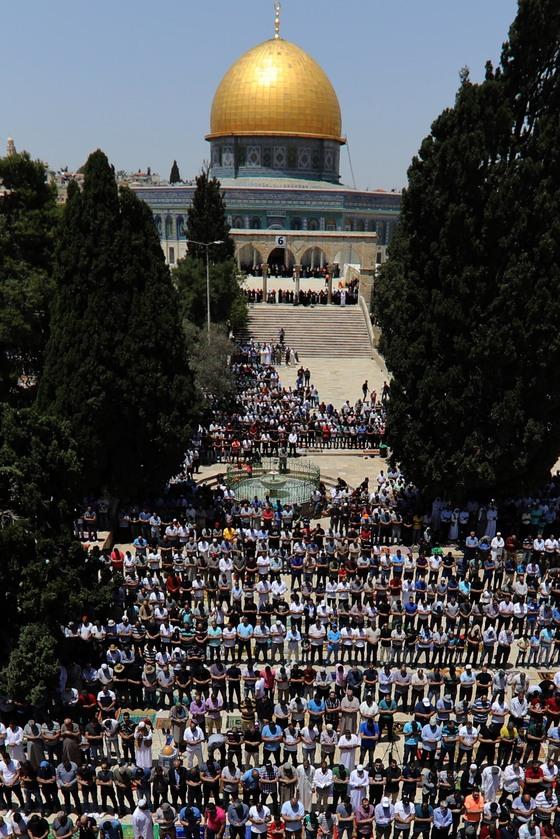 지난 18일(현지시간) 이스라엘 예루살렘의 무슬림들이 이슬람 성지인 알 아크사 모스크의 바위 사원(Dome of the Rock)에 모여 기도하고 있다. 이슬람력에 따라 지난 17일 시작된 라마단을 맞아 이집트는 한 달간 팔레스타인 가자지구 출입 봉쇄를 해제하는 조치를 내려 지역 긴장 해소에 나섰다. [신화=연합뉴스]