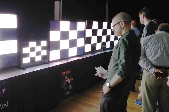 패널 뒤에서 빛을 쏘는 백라이트유닛이 필요한 LCD와 달리 OLED는 입자가 스스로 빛을 낸다.