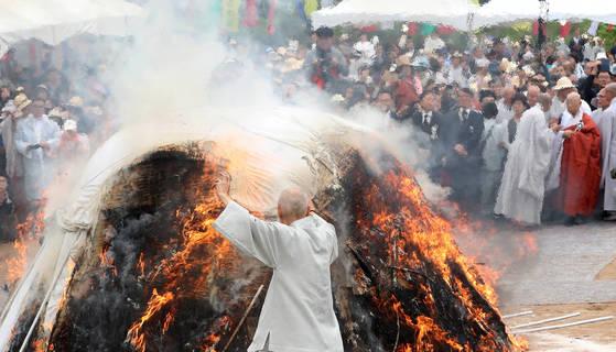 30일 강원도 고성군 건봉사에서 거행된 조계종 무산 스님의 다비식 장면. [사진 연합뉴스]