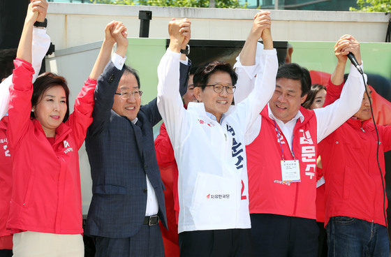 홍준표 자유한국당 대표(왼쪽 두 번째)가 지방선거 선거운동 첫날인 31일 김문수 서울시장 후보(왼쪽 세 번째) 출정식이 열린 서울역에서 김 후보와 함께 유세했다. 강정현 기자