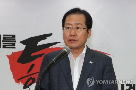 자유한국당 홍준표 대표가 31일 오전 여의도당사에서 6·13 지방선거 대국민호소 기자회견을 하고 있다. [연합뉴스]