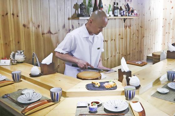 '오마카세'란 그 날의 음식을 셰프에게 일임한다는 의미로 셰프의 창조력과 신뢰를 기본으로 한다. 한남동 '스시쵸우' 박진태 셰프가 방금 만든 스시를 바의 손님에게 접대하고 있는 모습.