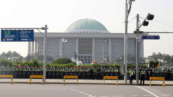 현행 집시법상 국회 100m 이내에서는 집회 및 시위가 불가능하다. 헌법재판소는 이에 대해 31일 헌법불합치 결정을 내렸다. 국회는 2019년 12월 31일까지 관련 집시법을 개정해야 한다. [연합뉴스]