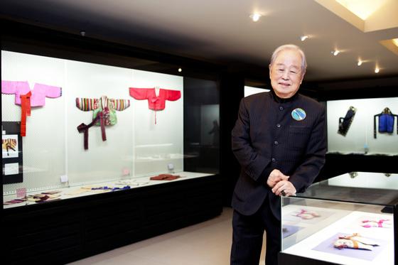 2013년 서울 논현동 한국자수박물관에서 소장품을 둘러보는 고(故) 허동화 관장. [중앙포토]