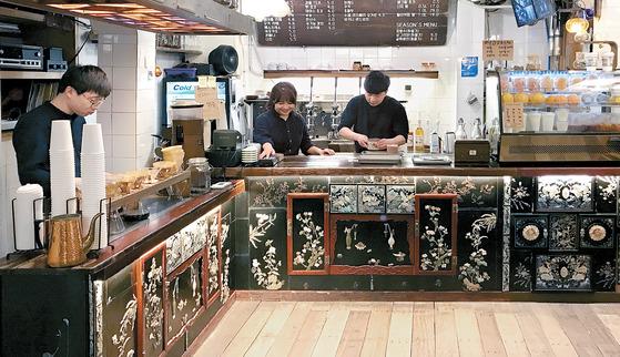 1940년대 지어진 낡은 건물에 들어선 '커피 한약방'(서울 중구 을지로2가)은 오래된 자개장으로 음료 카운터를 꾸며 유명해졌다. 처음엔 인근에서 가게를 하는 60~70대 사장님들이 주로 찾아왔지만, 지금은 SNS용 사진을 찍기 위해 멀리서 찾아온 20~30대 손님들로 북적인다.