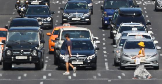 거대한 열섬이 된 서울. 폭염주의보가 내려진 지난해 7월 25일 오후 서울 강남구 학동 사거리에서 시민들이 뜨거운 햇볕에 달궈진 이글거리는 도로를 건너고 있다. 에너지 소비로 도심의 기온이 상승하는 열섬 현상은 또다시 에너지 소비를 부추기는 것으로 나타났다. [연합뉴스]