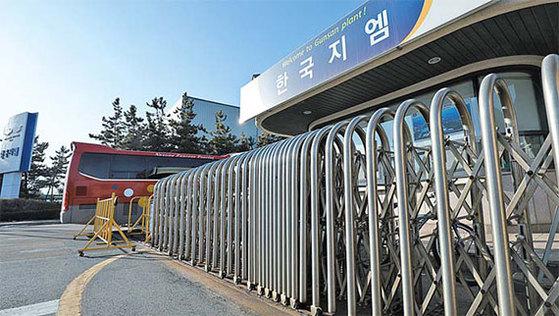 31일 폐쇄하는 전북 군산시 오식도동 한국GM 군산공장 정문. [중앙포토]