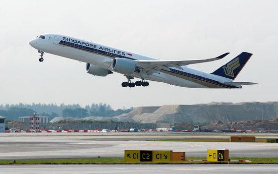 싱가포르 항공의 에어버스 A350-900 항공기가 창이 공항을 이륙하고 있는 모습. [로이터=연합뉴스]