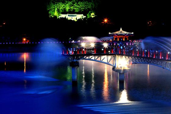 안동의 신흥 인증샷 명소 월영교. 원래 있던 문화재는 아니지만, 국내 최장 길이 목책교(길이 387m)다. [사진 안동시청]