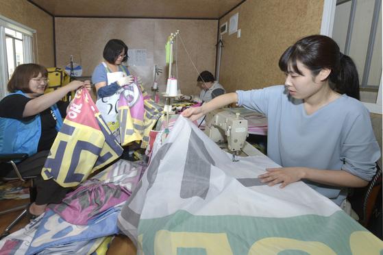 현수막을 활용해 포대를 제작하는 대구 남구청. [사진 대구 남구청]