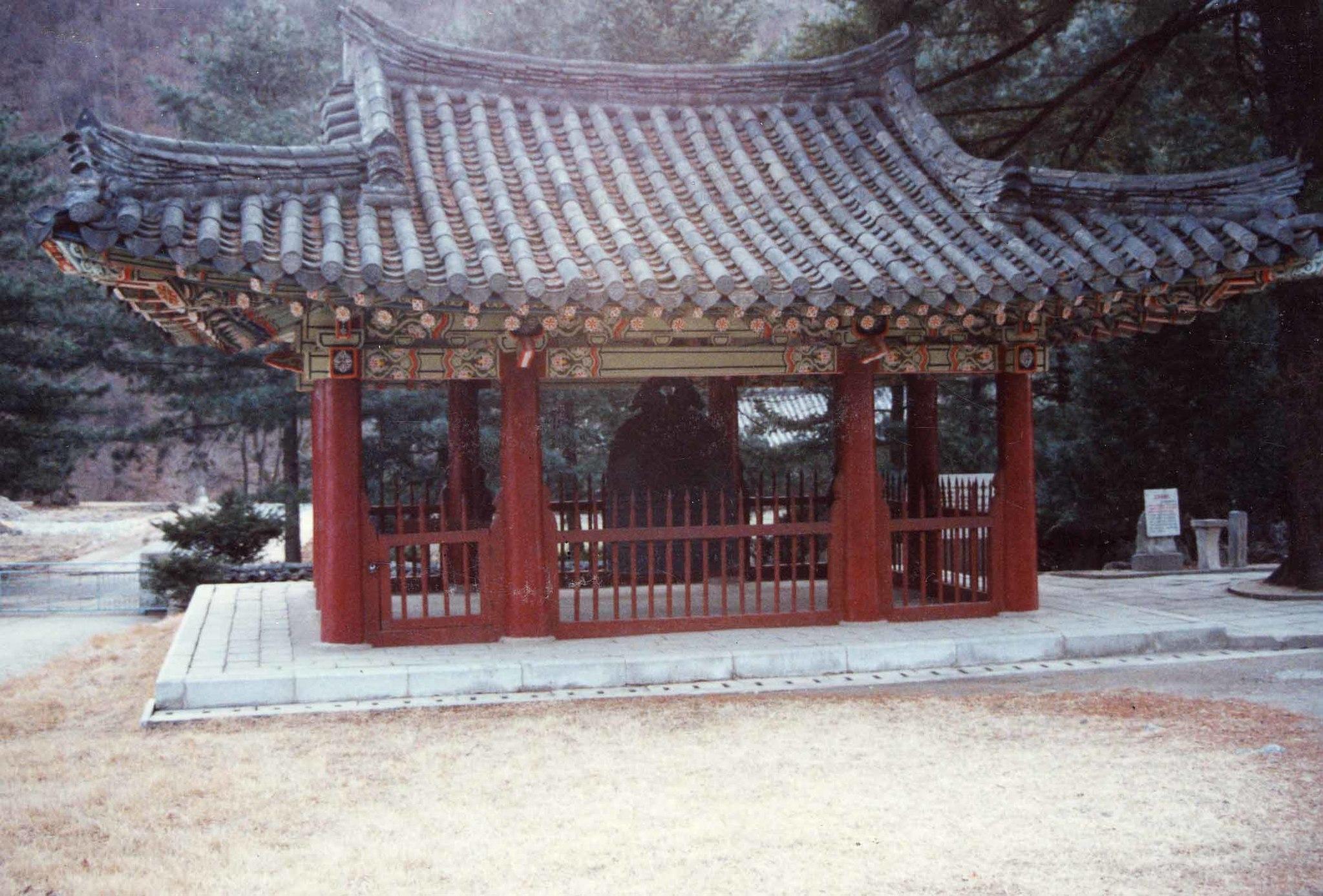 묘향산 보현사 경내로 옮겨진 강원도 금강산 유점사 종각. [중앙포토]