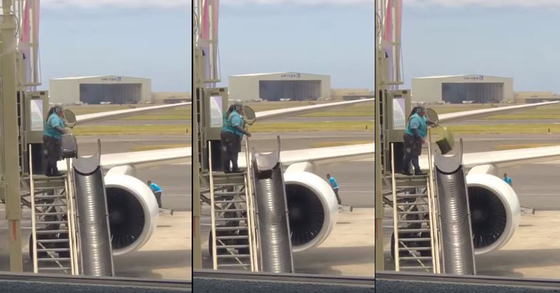 항공사 직원이 수화물을 완충기에 던지는 모습 [사진 유튜브 화면 캡처]