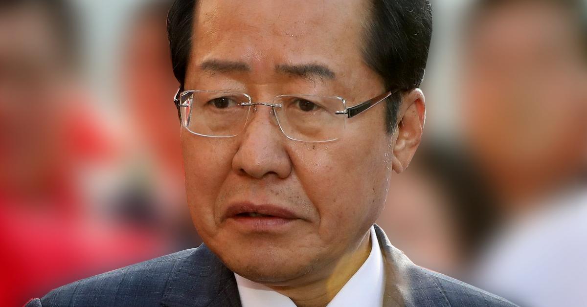 홍준표 자유한국당 대표가 28일 오후 인천 남동구 소래포구종합어시장에서 취재진의 질문에 답하고 있다. [뉴스1]