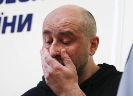 30일 우크라이나 정부국 기자회견에 등장한 러시아 언론인 아르카디 바브첸코 [AP=연합뉴스]