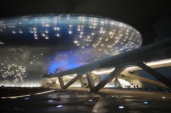콘텐트 마케팅 그룹 CMI가 개최하는 '콘텐트 마케팅 아시아 포럼'이 6월 27일부터 29일까지 아시아 최초로 서울 동대문디자인플라자에서 열린다. 사진은 동대문디자인플라자 전경. [중앙포토]