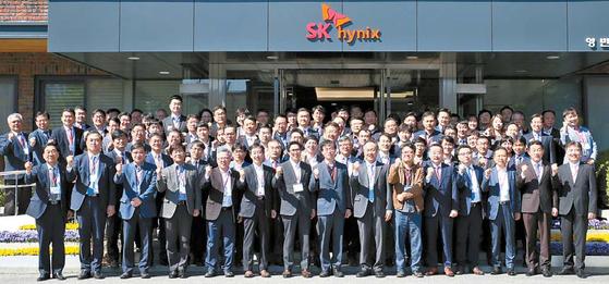 SK하이닉스가 협력사의 비즈니스 경쟁력 강화 지원에 나선다. 지난 4월 경기 이천 본사에서 열린 SK하이닉스의 'SV(사회적 가치) 및 공유인프라 플랫폼 설명회'에 참석한 40여 개 협력사 관계자가 기념 사진을 찍고 있다. [사진 SK하이닉스]