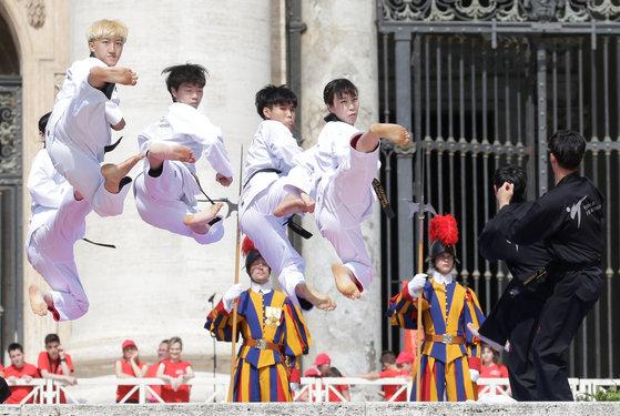 30일(현지시간) 바티칸 성베드로광장에서 열린 프란치스코 교황 주재, 수요 일반알현에서 한국 태권도시범단이 역동적인 발차기를 하고 있다. [로이터=연합뉴스]