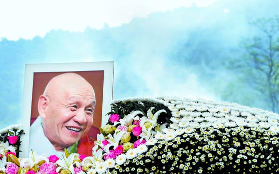 '걸림 없는 도인' 무산 스님의 영결식이 30일 오전 설악산 기슭 신흥사에서 열렸다. 불자와 정·관계, 문화계 추모객 3000명이 몰렸다. [연합뉴스]