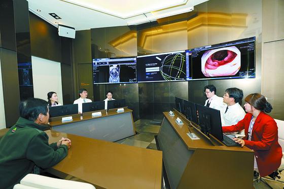가천대 길병원 의료진이 인공지능 왓슨이 추천한 암 치료법을 검토하고 있다. [사진 길병원]