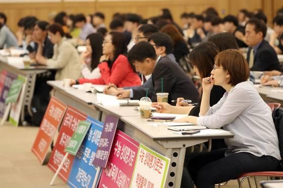 대입 개편 공론화 범위가 발표되자 공론화 방식에 대한 관심이 쏠리고 있다. 지난 14일 부산에서 열린 공청회에 참여한 학부모, 학생 모습. [연합뉴스]