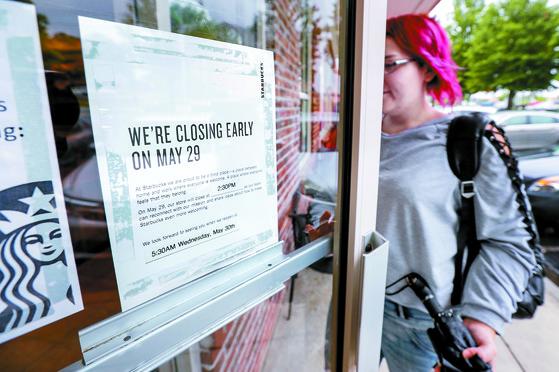 스타벅스, 8000개 매장 문 닫고 인종차별 방지 교육