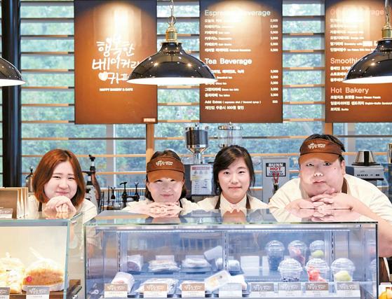SPC그룹은 장애인 직원들이 참여하는 '행복한 베이커리&카페'를 운영 중이다. 교육을 이수한 장애인 직원들은 일반 직원과 함께 제품 판매 및 커피 제조를 하며 매장을 꾸려간다. [사진 SPC그룹]