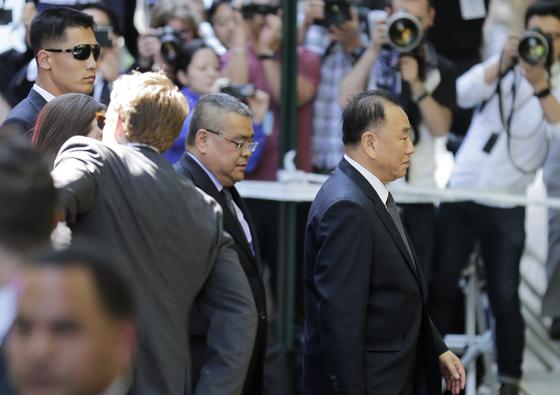 김영철 북한 노동당 부위원장(맨 오른쪽)이 31일(현지시간) 뉴욕에 도착해 숙소로 들어가고 있다. [AP=연합뉴스]
