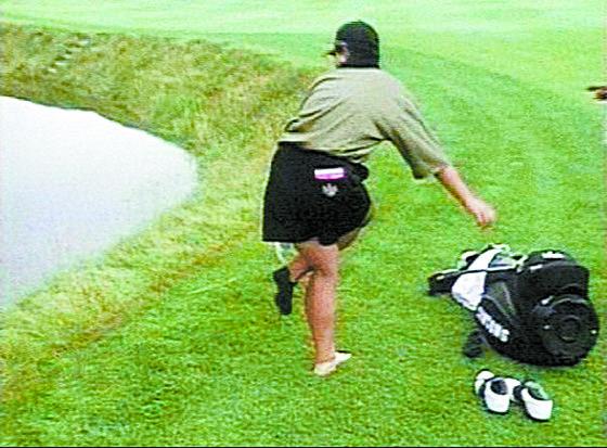 박세리는 연장전 18번 홀에서 공이 연못 경사지 러프에 빠져 위기를 맞았다가 기사회생했다. 양말을 벗는 박세리. 하얀 발이 두드러진다. [중앙포토]
