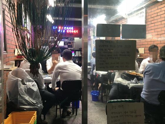 '잠수교집'은 공간이 좁아 테이블 사이로 직원 한 명이 간신히 지나다닐 정도다. 직원이 자주 왔다갔다 하며 테이블을 봐주는 대신 손님들이 자유롭게 고기를 구우며 시간을 즐긴다.