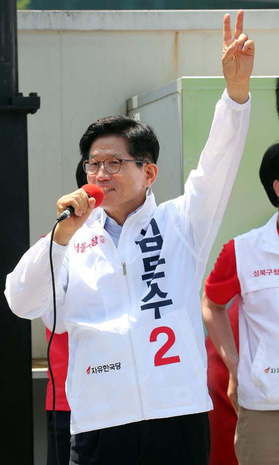 김문수 자유한국당 서울시장 후보가 31일 서울역에서 열린 출정식에서 유세하고 있다. 강정현 기자