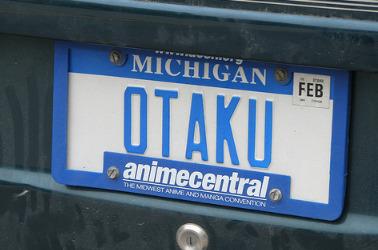 오타쿠라는 단어를 적어 넣은 미국 번호판.