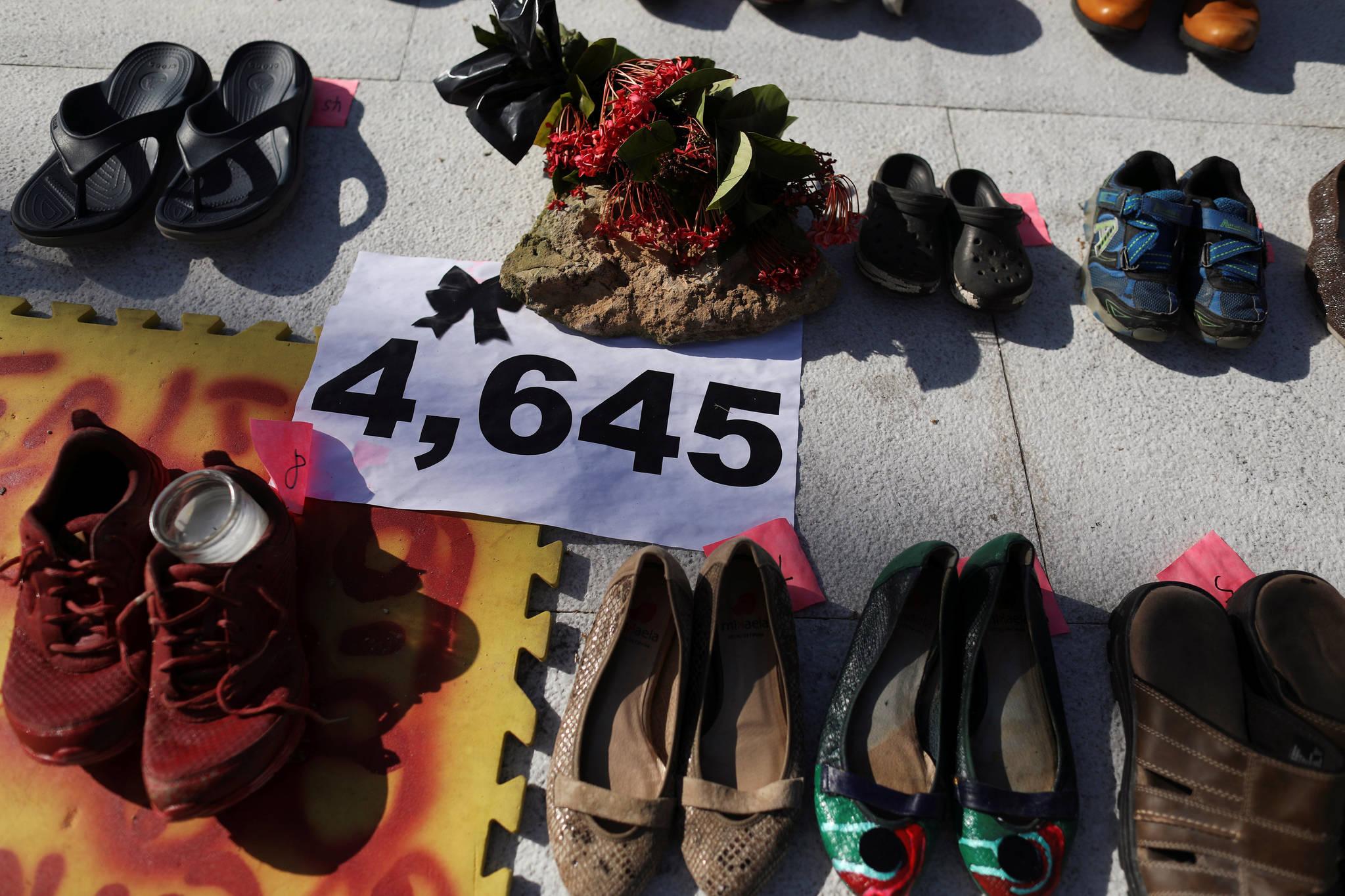 1일(현지시간) 미국 국회의사당 앞에 허리케인 '마리아'로 인해 숨진 푸에르토리코 희생자들의 신발이 놓여져 있다. [로이터=연합뉴스]