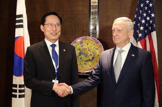송영무 국방부 장관(왼쪽)과 제임스 매티스 미국 국방부 장관이 2일 싱가포르 샹그릴라 호텔에서 열린 한ㆍ미 국방장관 회담에 앞서 악수를 하고 있다. [뉴스1]
