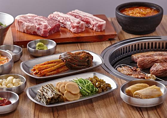 고기와 함께 고기를 찍어먹는 고추냉이를 비롯해 장아찌와 파김치, 갱생이국 등 한 상 가득 차려낸 상차림. [사진 일미락]