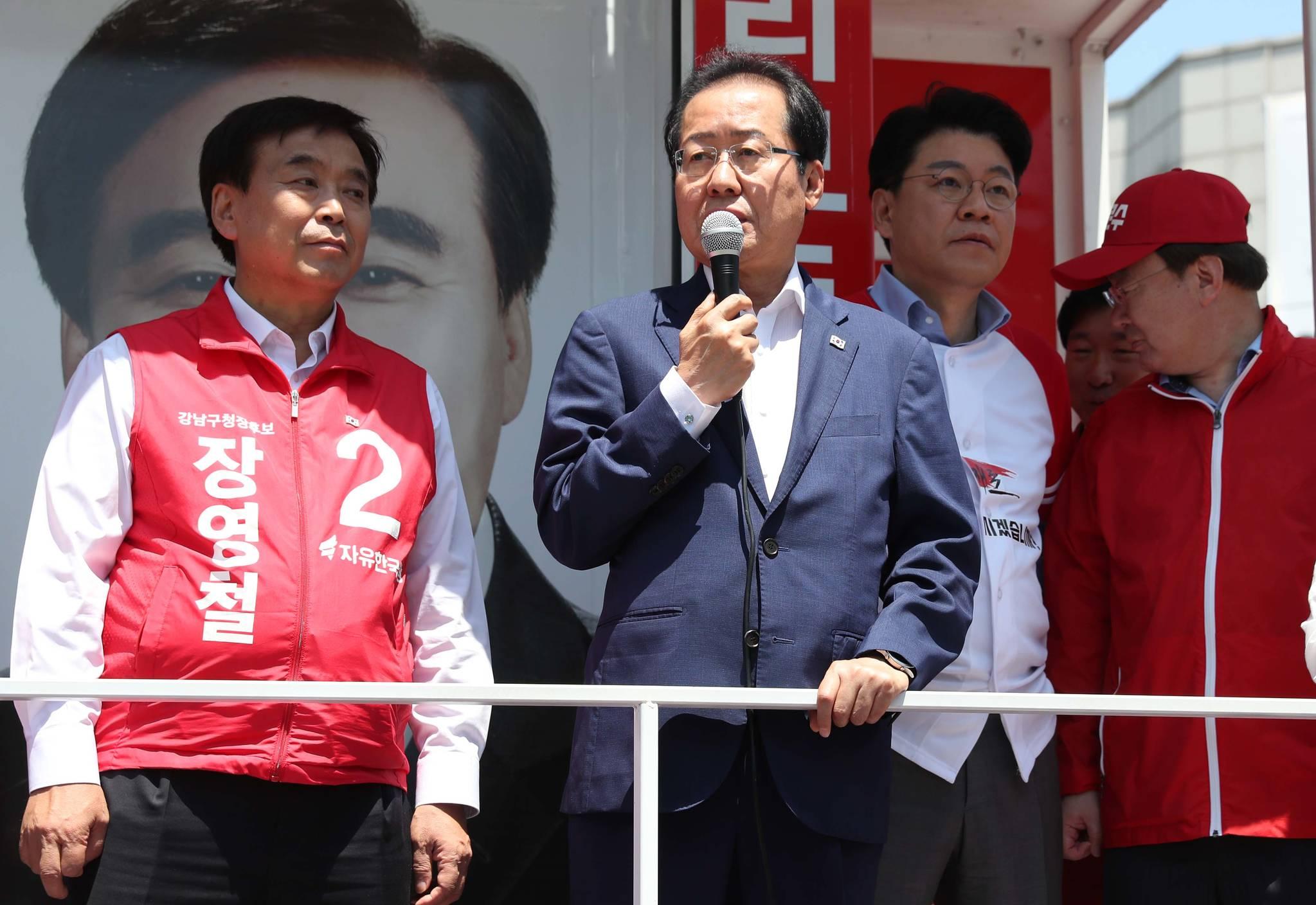 자유한국당 홍준표 대표가 2일 오전 서울 강남구 대치역 사거리에서 지원유세를 하고 있다. [연합뉴스]
