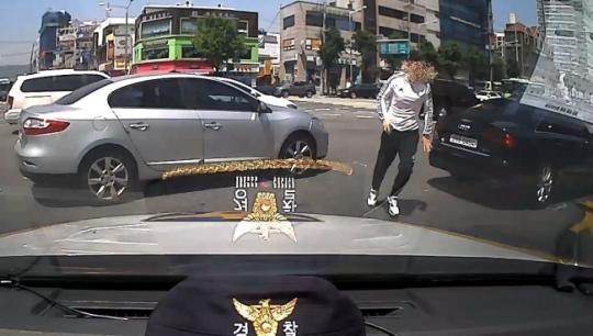 [아기 보호자가 차량에서 내려 경찰 순찰차로 도움을 요청하러 오는 모습. 사진=금천 경찰서 제공]